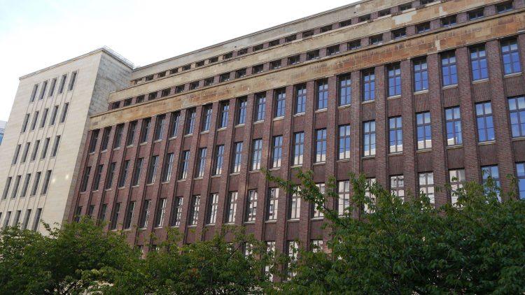 Von außen wirkt das Gebäude harmlos, im Hof birgt es eine spannende Geschichte: Hier befindet sich das ehemalige Volkspolizeigefängnis.