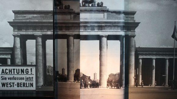 Wände, Vorhänge und Projektionen bestimmen den Weg durch das Museum. ©Julia Wernicke