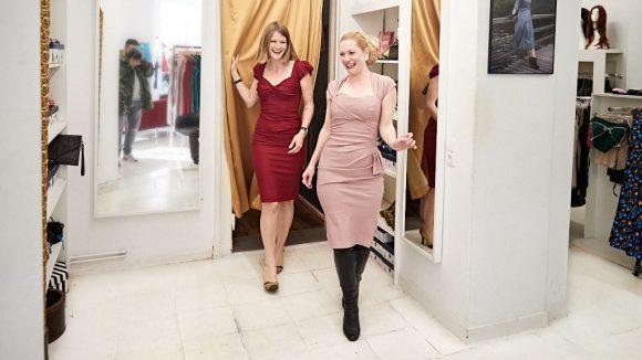 Marlene und Reporterin kommen aus der Umkleidekabine