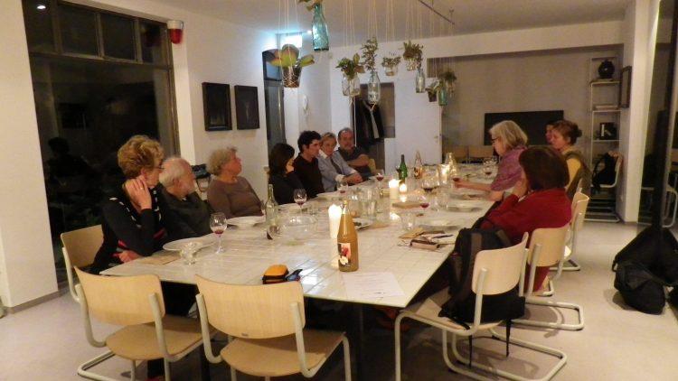 Am 7. Oktober 2014 fand schon einmal eine Kochaktion von der KlimaWerkstatt statt. Hier sitzen die Menschen im gemütlichen Rahmen zusammen, essen und reden.