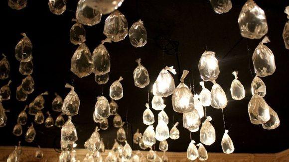 Was aussieht wie Glastropfen an der Decke, sind eigentlich kleine Plastesäckchen. ©J.Wernicke