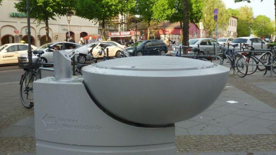 Nie wieder Durst und klebrige Finger am Bahnhof Köpenick! Der neue Trinkwasserspender schafft Abhilfe.