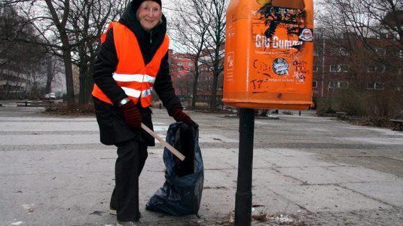 Weddingweiser-Leserin Cecilia Stickler beim Müllsammeln am Vinetaplatz.