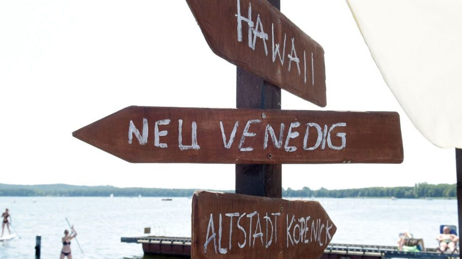 Wegweiser nach Hawaii, Neu Venedig und zur Altstadt von Köpenick.