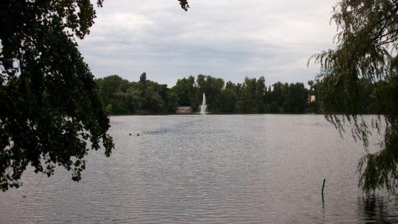 Der Weiße See lädt zum Schwimmen und Spazieren gehen ein.