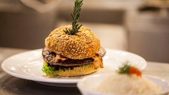 Wer möchte da nicht reinbeißen? Ein gut zubereiteter Burger stillt nicht nur den Hunger, sondern kann auch eine richtige Delikatesse sein.