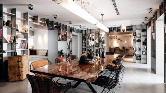 Wohnzimmer-Atmosphäre mit Büchern und Bildbänden im Hinterzimmer ©The Butcher/Markus Braumann