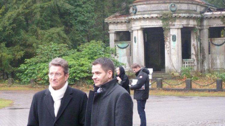 Wolfgang Huber und Friedhofsverwalter Olaf Ihlefeldt vor einem beschädigten Mausoleeum.