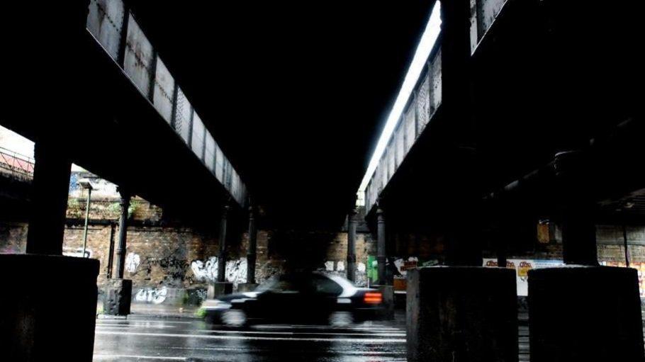 Markante Yorckstraße. Oben die Brücken, unten die maroden Fahrspuren.