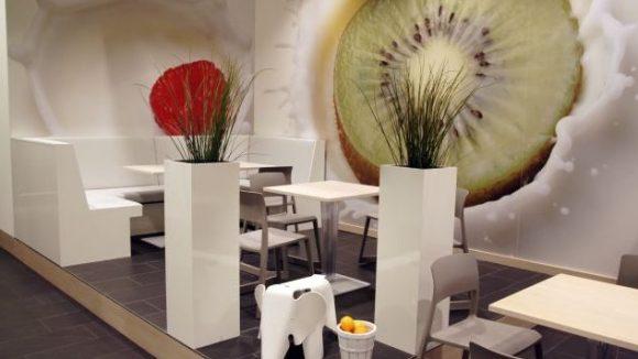 Im Youghurt kann man in modernem Ambiente den ganzen Tag lang Frühstückswaffeln und Müsli zu sich nehmen.