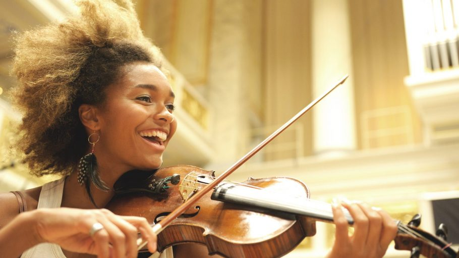Die Young Euro Classics bringen jedes Jahr talentierte Nachwuchskünstler, wie zum Beispiel diese Geigenvirtuosin, nach Berlin.