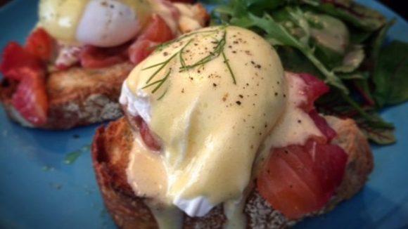 Mit einem Frühstück bei Allan und seinem Kumpel Philippe geht der Tag richtig gut los.