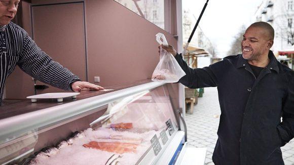 Yummie, frischer Lachs vom Wochenmarkt.