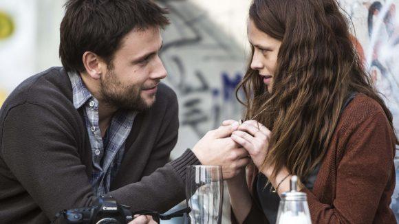 Clare zeigt Andi ihre Kette, die sie von ihrer Mutter vor der Reise bekommen hat. Noch scheint der Fremde ein wahrer Charmeur zu sein.