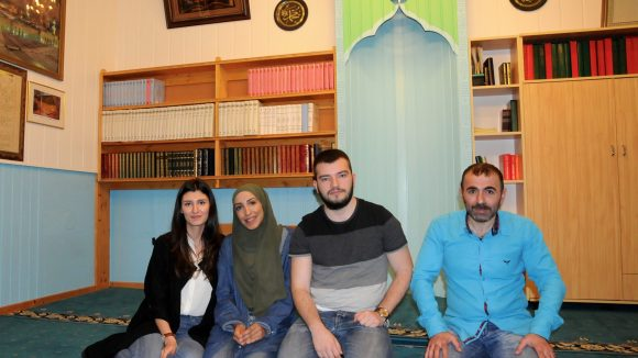 Zeynep, Dua und Kujtim mit Moscheemann Icabi Karakasoglu.