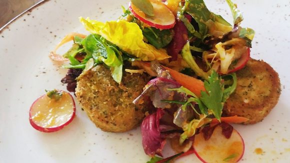 Mittagessen im Restaurant Acht&Dreissig für 8,50 Euro: Gebackener Ziegenkäse mit Chutney, Salat und Dörrobst.