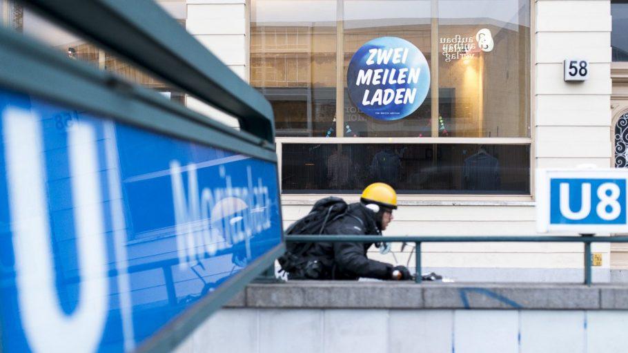 Der Zweimeilenladen liegt direkt an der U-Bahn-Haltestelle Moritzplatz.