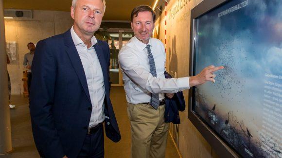Frank Bruckmann, Aufsichtsratsvorsitzender der Zoo Berlin AG (li.), und Zoo-Direktor Dr. Andreas Knieriem testen schon mal die Touchscreens. (Bild: Zoo Berlin)