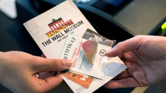 Zur Eröffnung des privaten The Wall Museum gab es ein Stück original Berliner Mauer zur Begrüßung geschenkt.