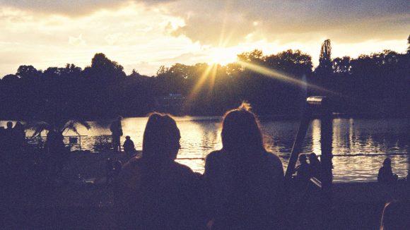 Ein Sonnenuntergang am Wasser ist beim At the Lake Festival am Weißen See garantiert.