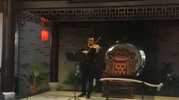Zwischen all den Stimmen klingen schöne chinesische Melodien eines unscheinbaren Geigenspielers. ©Gerlinde Jänicke
