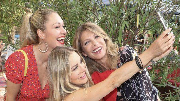 Ruth Moschner, Xenia Seeberg und Ursula Karven versuchen ein Selfie auf dem EHFK-Fest zu machen.