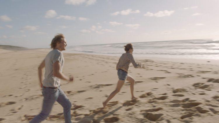 """Jan und Jule aus """"303"""" rennen Richtung Meer."""