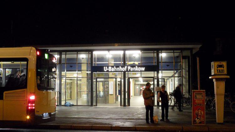 U-Bahnhof Pankow mit Bussen und Passanten.