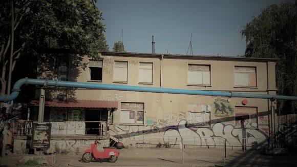 Das Gebäude des Techno-Clubs ://about blank im Gewerbegebiet von außen