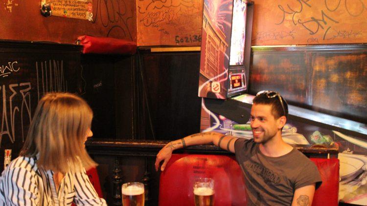 Der Sänger der Band, Benjamin, sitzt auf der Bank und unterhält sich mit der Interviewerin.