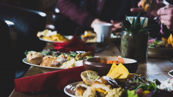 Speisen auf einem Tisch bei Nacht.