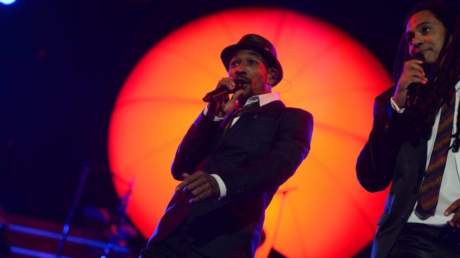 Demba Nabé von der Band Seeed singt auf der Bühne