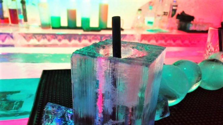 Cocktail in einem Glas aus Eis in der Eisbar Angiyok in Berlin-Mitte.