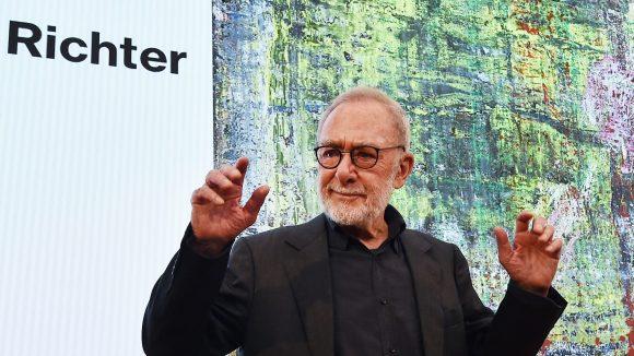 Gerhard Richter auf der PK im Museum Barberini vor der Projektion eines seiner Gemälde