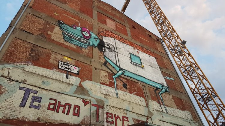 Das Gebäude des Kornversuchsspeichers der Ausstellung mit riesigem Hundegraffiti