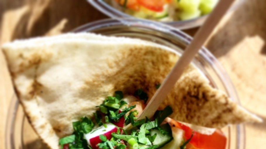 Fladenbrot serviert in einem Glas mit Salat