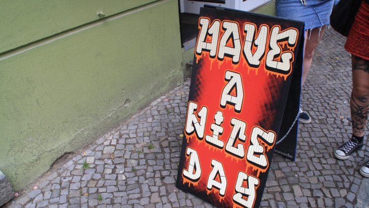 """Schild mit Aufschrift """"Have a nice day"""""""