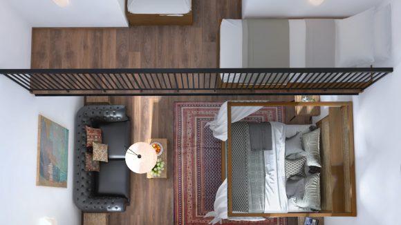 Hotelzimmer von oben mit Himmelbetten, zwei Einzelbetten und Sofa