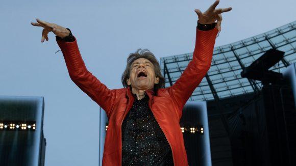 Mick Jagger dirigiert von der Bühne aus die Zuschauer beim Berliner Konzert.