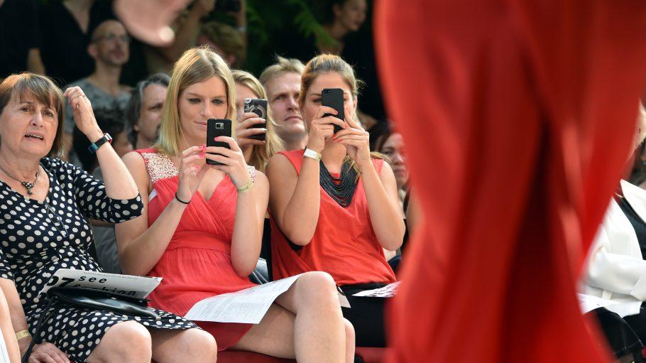 """Handy gezückt? Bei der """"seefashion""""-Modenschau der Kunsthochschule Weißensee gibt's definitiv was zu knipsen ..."""
