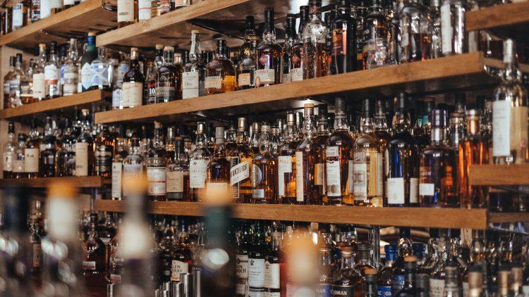 Regale mit vielen Whisky-Flaschen
