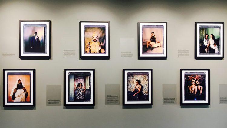 """Bilderwand in der Ausstellung """"Where Love Is Illegal"""" von Robin Hammond"""