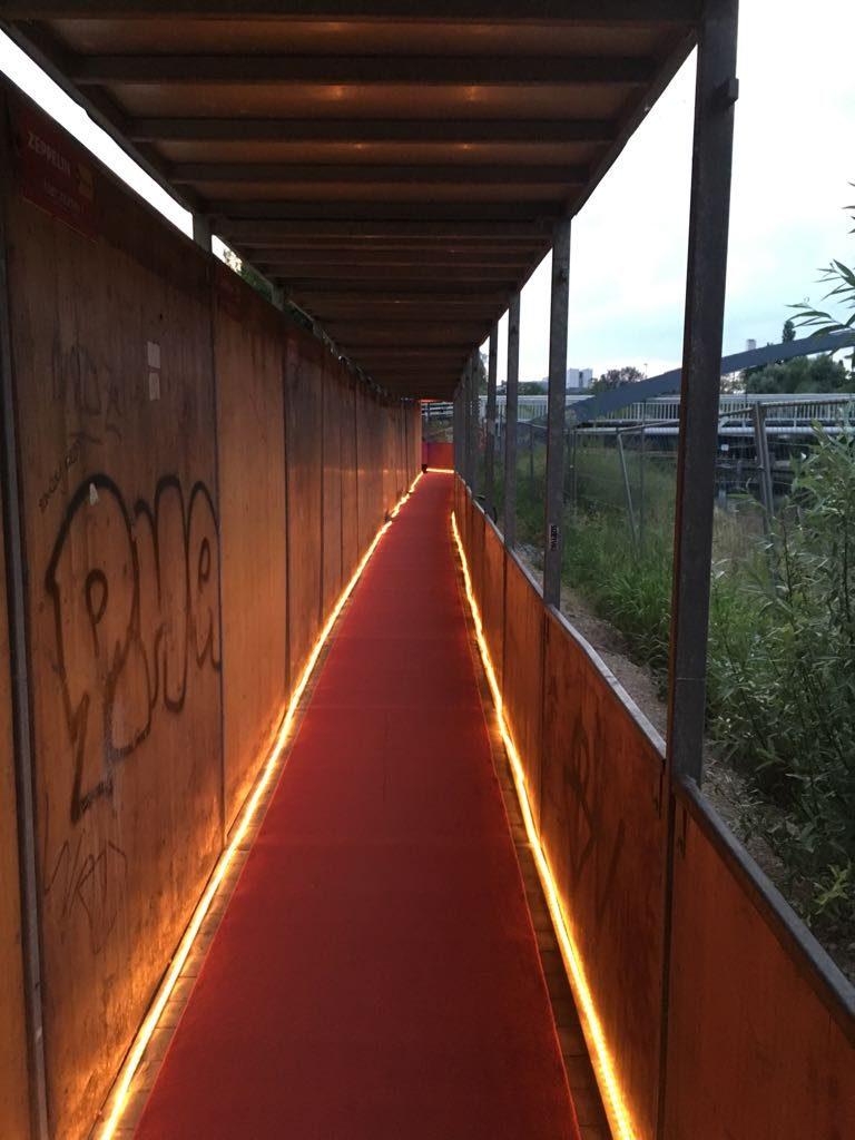 Der rote Teppich zur Ausstellung.
