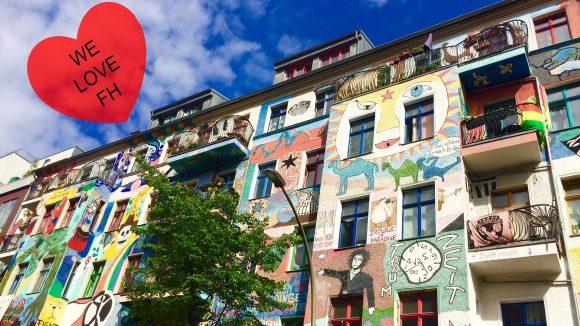eine große Hauswand mit vielen verschiedenen Motiven