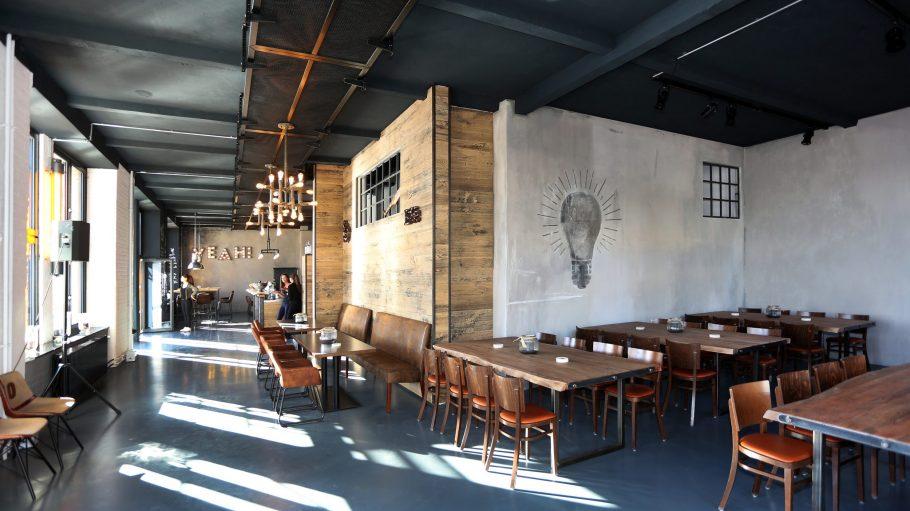 Industrie-Chic mit viel Holz, ein bisschen Metall und Beton-Optik im Sonnendeck in Oberschöneweide.