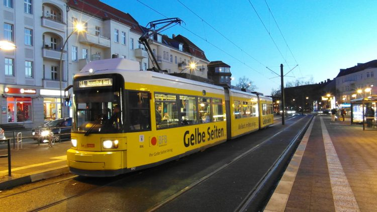 Die Straßenbahn am Bahnhof Vinetastraße in Pankow.