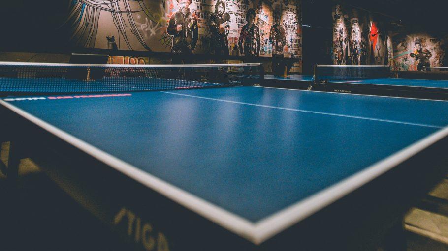 Dunkler Raum mit Tischtennisplatten