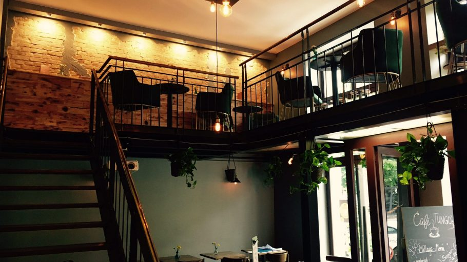 Im Tungo's gibt es einen kleinen modernen Gastraum und eine Galerie.