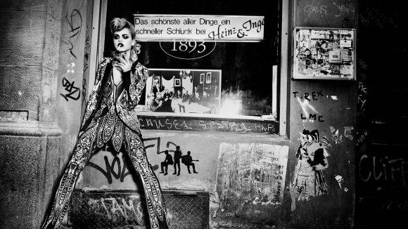 Model steht vor der Kneipe Alt-Berlin