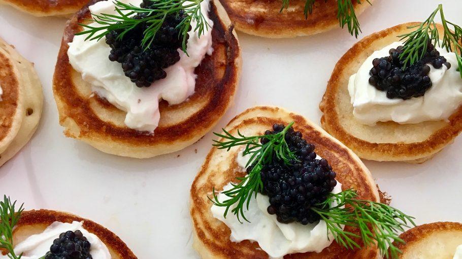 Blinis mit Kaviar auf weißem Untergrund